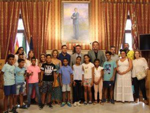 Niños participantes del programa Vacaciones en Paz visitan el Ayuntamiento