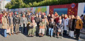 Niños y mayores unidos para realizar un mural intergeneracional en Triana
