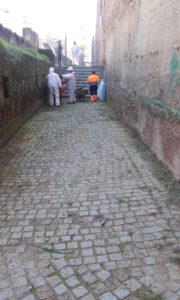 Intervención especial de limpieza en el adarve de la Muralla de la Macarena