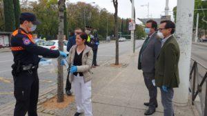 Se distribuyen 22.000 mascarillas en las 6 paradas con más viajeros de Tussam, en las estaciones de tren y el Metro