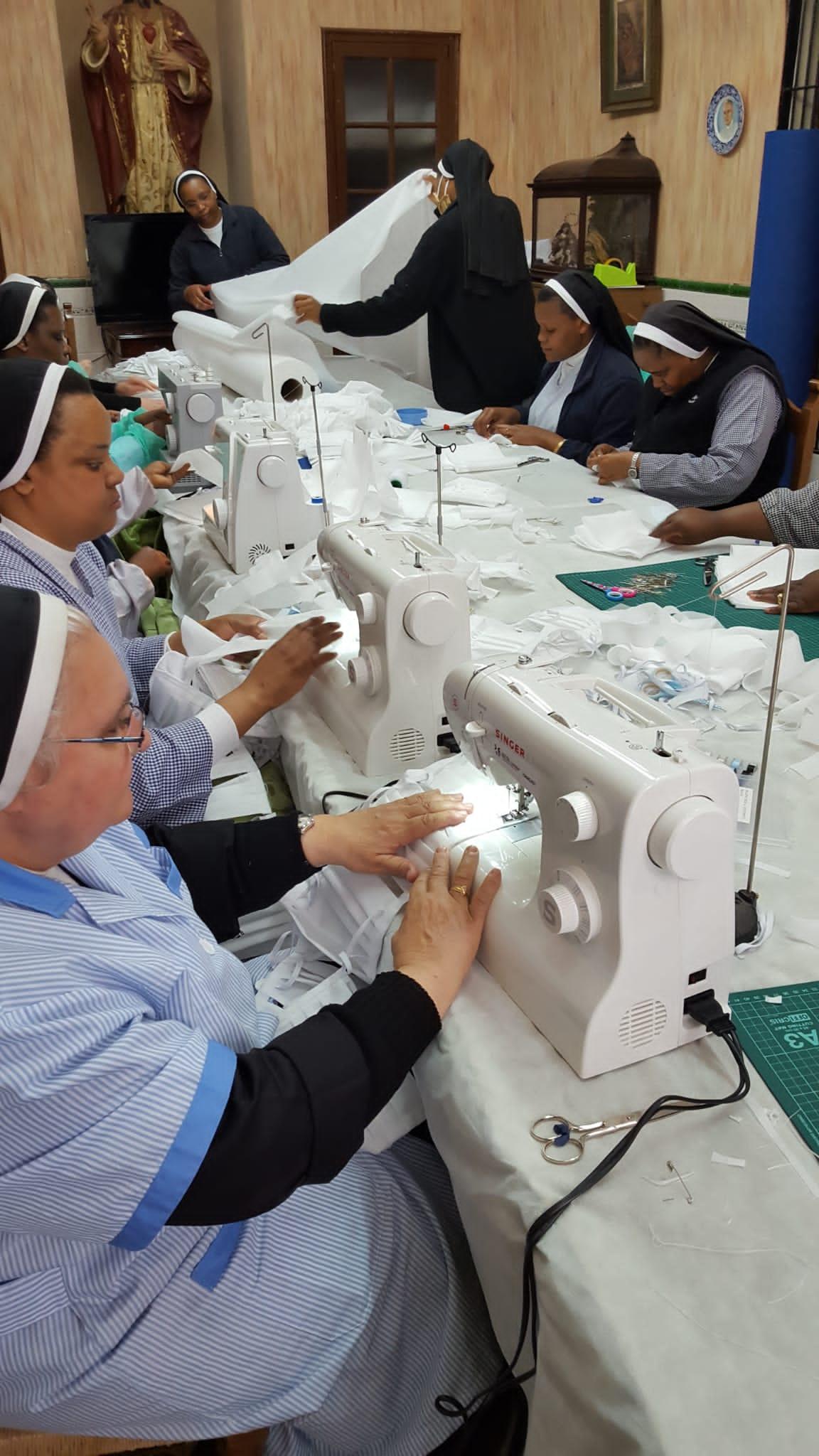 """""""Las monjas del baloncesto"""" hacen sus mascarillas con máquinas de coser donadas por Bio-Dis"""