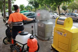 Lipasam desinfectará contenedores y mobiliario urbano con triciclos eléctricos adaptados