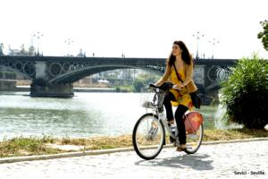 Sevilla impulsará una red de itinerarios peatonales en los barrios, ampliaciones de aceras y carriles bici y la reducción del tráfico privado