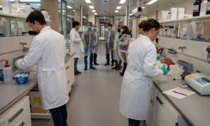 Emasesa analiza las aguas residuales para la detección y contención de posibles brotes de la COVID 19