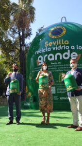 Un contenedor de vidrio de más de 8 metros de altura llega a Sevilla