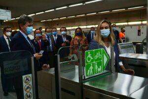El usuario de Metro de Sevilla podrá pagar su viaje con la tarjeta bancaria o desde el móvil
