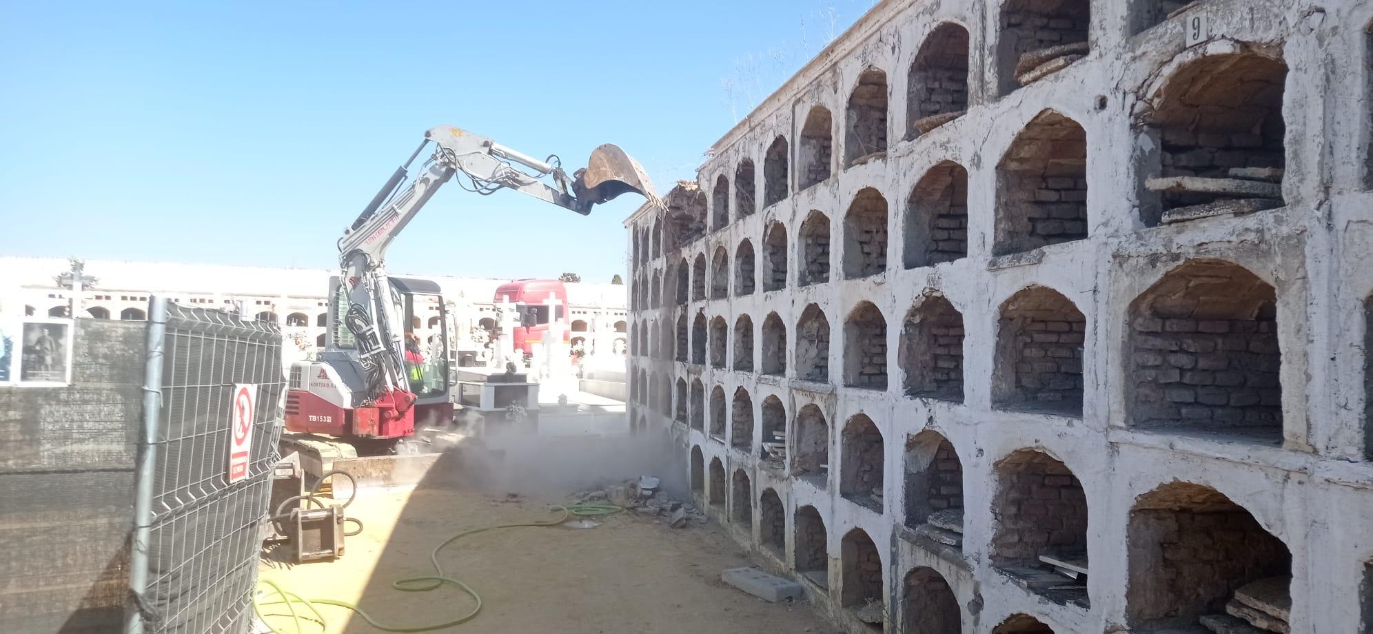 Se derriban 450 nichos vacíos del Cementerio para facilitar los trabajos de exhumación de la fosa común de Pico Reja