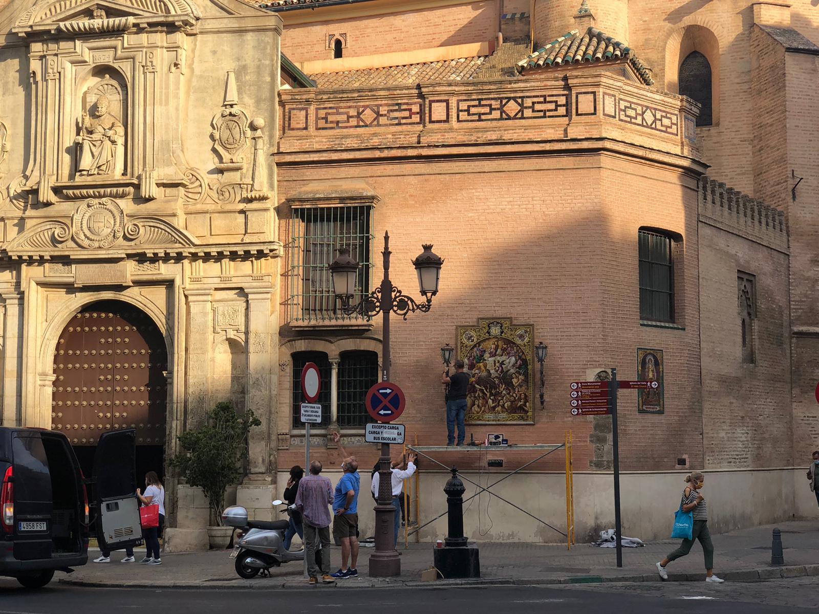 """La Hermandad Sacramental repone los faroles del """"pajarito""""de San Pedro"""