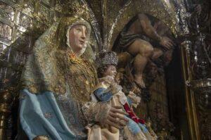 Las Hermanas de la Cruz visten a la Virgen de los Reyes para la festividad de la Inmaculada