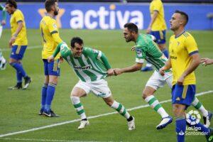 El gol de Juanmi le da al Real Betis la victoria en Cádiz