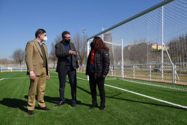 Nuevo campo de fútbol con césped artificial en el Vega de Triana