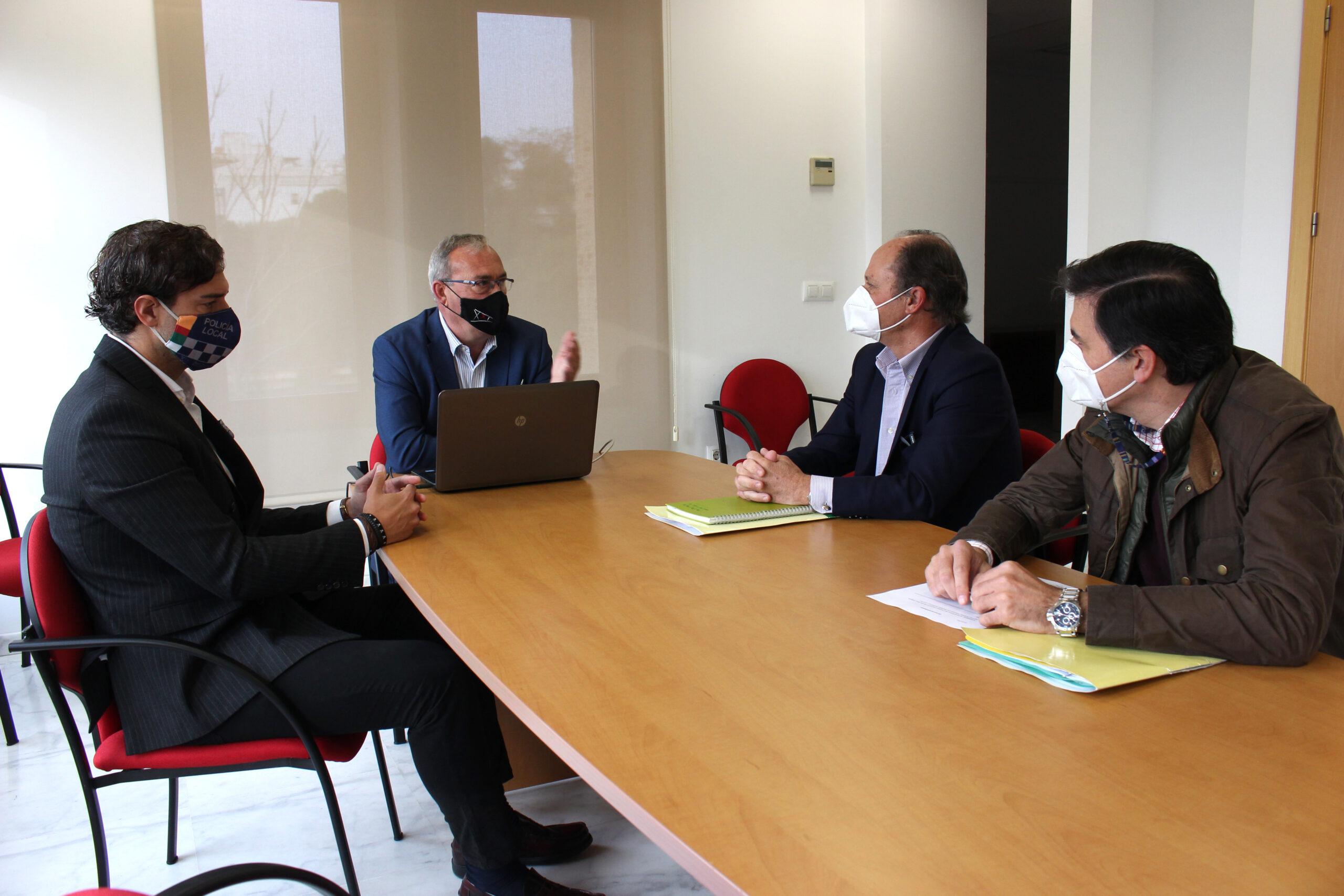 El alcalde de San Juan presenta al nuevo gerente del consorcio de Transportes las demandas de la localidad