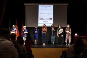 El grupo de teatro de mujeres de El Vacie, monitoras de los talleres socioculturales y La SinMiedo Género y Cultura, Premios a la mujer del Distrito Macarena