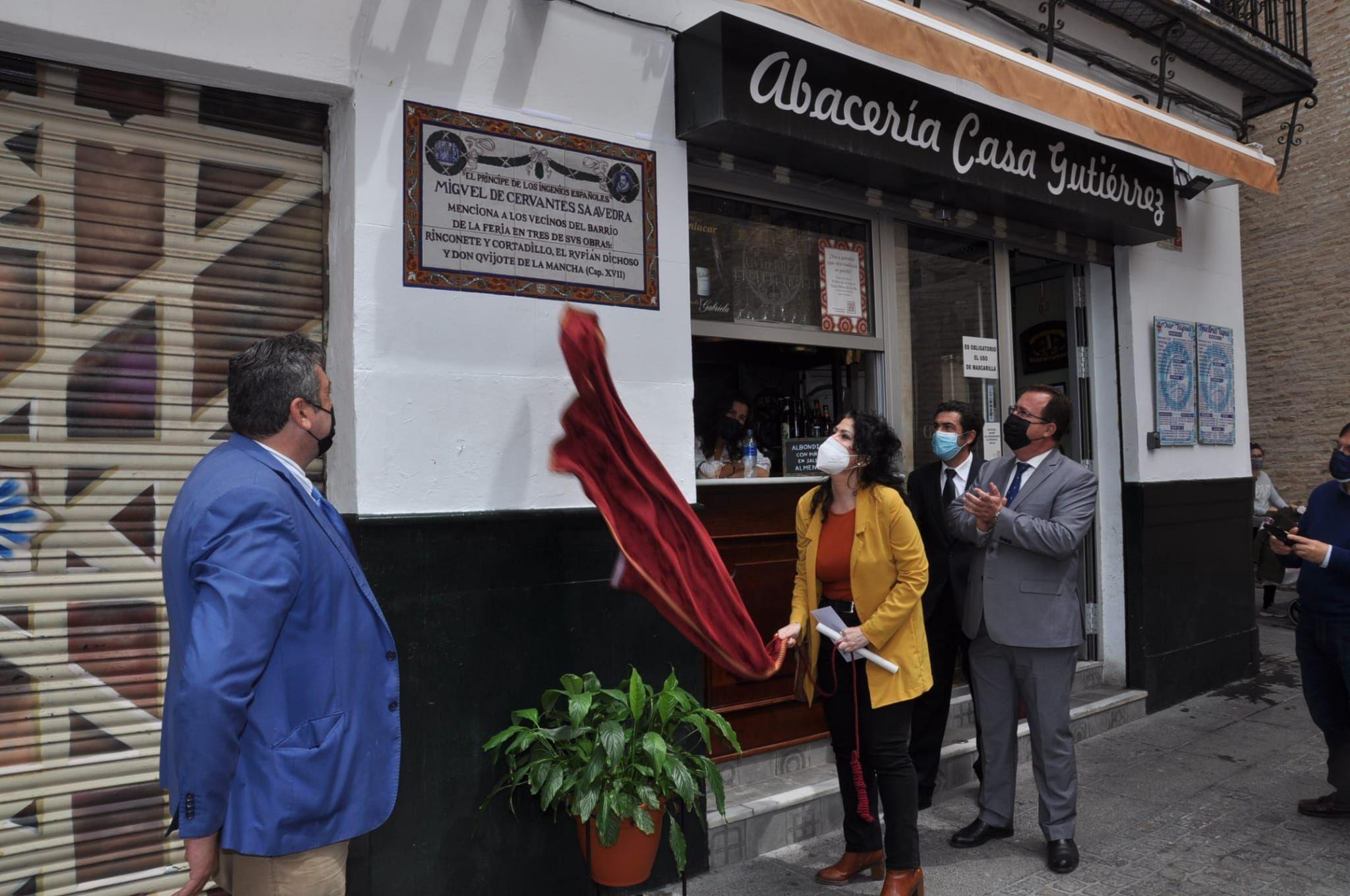 """Un azulejo cerámico para recordar las obras de Cervantes en las que nombraba el """"barrio de la Feria"""""""