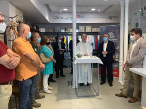 Cáritas inaugura su primera tienda de ropa en el centro