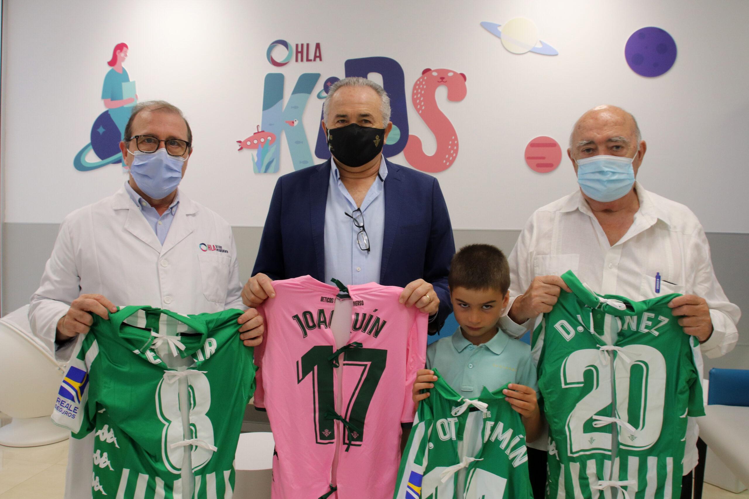 En este momento estás viendo Las camisetas del Real Betis convertidas en batas llegan a los niños hospitalizados en la Clínica Santa Isabel