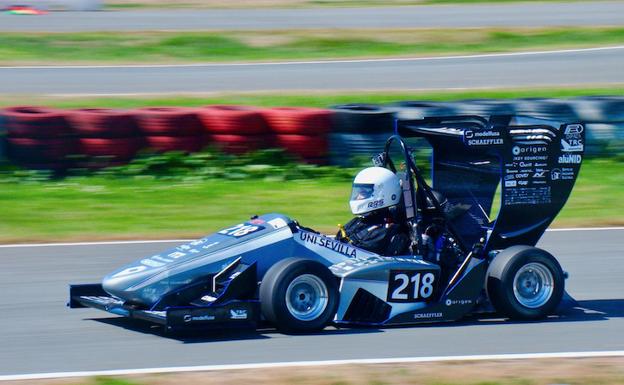 Apoyo municipal a la escudería ARUS Andalucía Racing Team que participa en la competición universitaria Fórmula Student