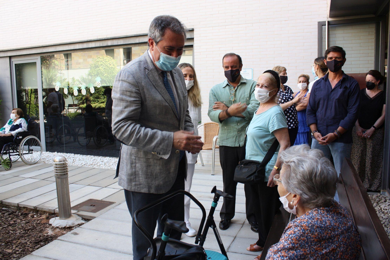 En este momento estás viendo El alcalde visita a los mayores de la residencia de Santa Justa en la que se originó un incendio el pasado 5 de enero causando una víctima