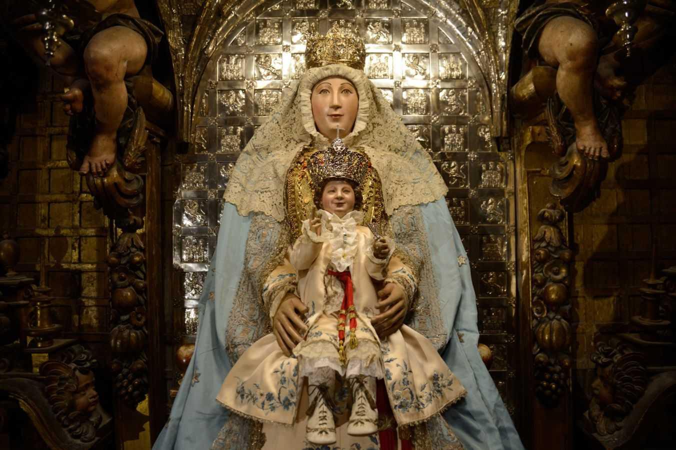 Monseñor Sainz Meneses anuncia la procesión extraordinaria de la Virgen de los Reyes el 7 de diciembre